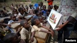 Penyebaran informasi mengenai Ebola yang dilakukan oleh UNICEF untuk anak-anak di Gueupleu, Man, Pantai Gading (3/11). (Reuters/Thierry Gouegnon)
