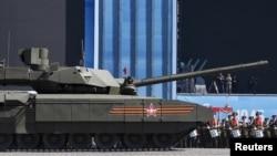 """На фото: Російський перспективний комплекс """"Армата"""". Міноборони Росії заявляло про плани роботизувати новітній танк."""