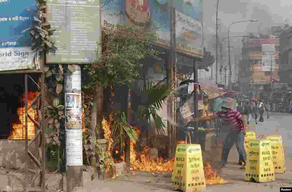 Activists of Bangladesh Jamaat-E-Islami set fire to an office of ruling party Bangladesh Awami League during a clash in Narayanganj, Jan. 5, 2014.
