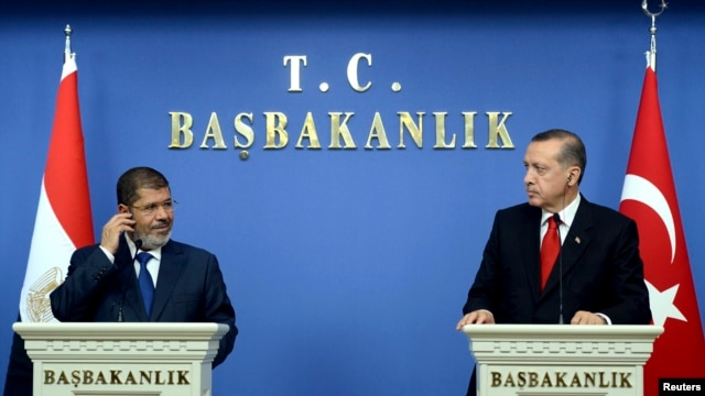 Turkey's Prime Minister Recep Tayyip Erdogan (R) and Egypt's President Mohamed Morsi are seen at a joint news conference in Ankara September 30, 2012.