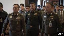 Letnan Jenderal Manas Kongpan (tengah) saat menyerahkan diri kepada polisi di Bangkok, Rabu (3/6).
