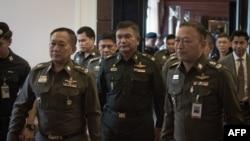 Letjen Manas Kongpan (tengah), perwira tinggi militer Thailand yang dituduh terlibat penyelundupan manusia menyerahkan diri kepada polisi di Bangkok (3/6),