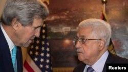 Menlu AS John Kerry (kiri) berbicara dengan Presiden Palestina Mahmoud Abbas di Amman, Yordania Kamis (13/11).