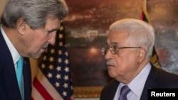 美国国务卿约翰·克里(左)会见巴勒斯坦权力机构主席马哈茂德·阿巴斯
