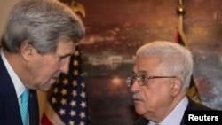 John Kerry, saluda al presidente de la Autoridad Palestina, Mahmoud Abbas en Amman, Jordania.