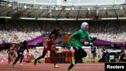 سارا عطار دختر ورزشکار سعودی حین دوش ۸۰۰ متر زنان در المپیک ۲۰۱۲ لندن