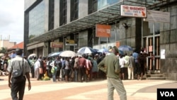"Even an introduction of Zimbabwe's own currency called ""bondnotes"" which trade at par with the U.S. dollar, in November last year, has not helped ease an acute shortage of cash which is forcing some people to lots of time in bank queues, Gokwe, Zimbabwe, Jan. 31, 2017. (S. Mhofu/VOA)"