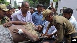 15일 인도-파키스탄 국경지역인 카슈미르에서 발생한 무력충돌로 부상당한 인도 군인이 잠무 시의 국립대학병원으로 이송됐다.