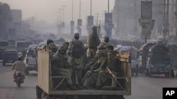 巴基斯坦准军事人员11月26日在白沙瓦街头巡逻