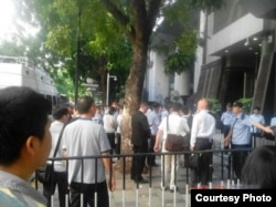 唐荆陵等三人煽颠案开庭前,众多警察和围观者在广州中院外面。(博讯图片)