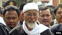 Abu Bakar Ba'asyir dikawal polisi saat akan menghadiri sidang peradilan di pengadilan negeri Jakarta (foto dokumentasi).
