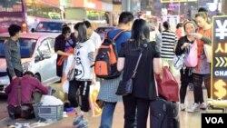 香港北區水貨客關注組及多位議員都表示,一周一行對打擊水貨客成效不大。(美國之音湯惠芸)