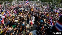 Pemimpin demo anti-pemerintah Suthep Thaugsuban (tengah) di tengah demonstran di Bangkok 5 Januari 2014.
