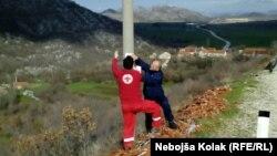 Plakate su lijepili Crveni krst Trebinja i Javna ustanova Ekologija i bezbjednost