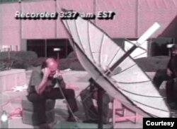 Peter trực tiếp tường trình qua vệ tinh từ Baghdad. (Hình: Peter Arnett cung cấp)