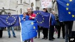 Protestues kundër largimit të Britanisë nga BE, përpara Gjykatës së Lartë në Londër