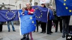 2016年10月13日,支持英国留在欧盟的人士在伦敦高法听证第一天院外高举欧盟旗帜表达诉求。
