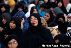 Seorang wanita Muslim Syiah menangis selama protes terhadap serangan bom di daerah Muslim Syiah Quetta, di Lahore 17 Februari 2013. (Foto: REUTERS/Mohsin Raza)