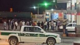 مردم در صف بنزین، با حضور نیروی انتظامی. برگرفته از شبکههای اجتماعی