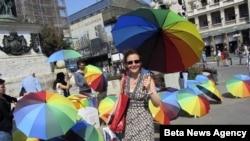 Koalicija sest LGBT organizacija iz Srbije nedavno je organizovala akciju podele kisobrana duginih boja u centru Beograda.