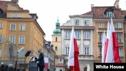 奥巴马总统在华沙的城堡广场发表讲话纪念波兰自由日25周年(2014年6月4日,白宫照片)