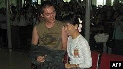Аун Сан Су Чжі зі сином в аеропорту у Рангуні