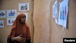 지난 2013년 4월 소말리아 모가디슈의 모자보건 지원 센터에서 한 여성이 산후조리에 관해 설명하고 있다. 이 센터는 유엔의 지원으로 운영된다. (자료사진)
