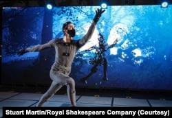 Jamie Morgan, pemeran Peaseblossom, tengah berlatih di Portsmouth Guildhall. (Foto: Stuart Martin / Royal Shakespeare Company)
