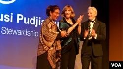 Menteri Kelautan dan Perikanan Indonesia Susi Pudjiastuti (kiri) menerima Peter Benchley Ocean Awards dalam acara di Washington DC, Kamis (11/5) malam.