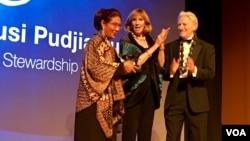 Menteri Kelautan dan Perikanan Indonesia Susi Pudjiastuti menerima Peter Benchley Ocean Awards dalam acara di Washington DC, Kamis (11/5) malam.