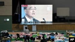 """歲月號""""渡輪事故乘客的家屬在觀看有關南韓總理鄭烘原辭職的消息"""