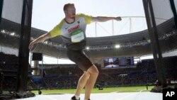 Christoph Harting de l'Allemagne lance le disque lors de la finale de sa discipline aux Jeux olympiques d'été de 2016 d'athlétisme au stade olympique de Rio de Janeiro, au Brésil, 13 août 2016.