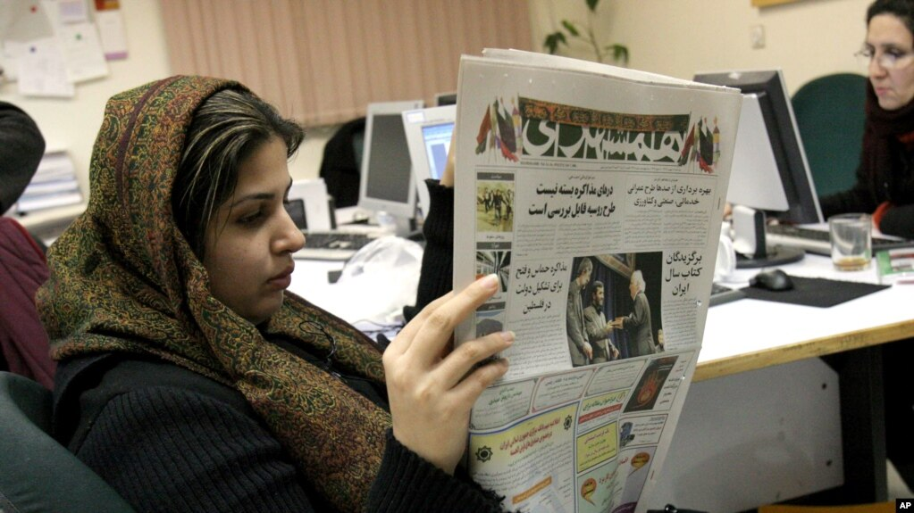 "Wartawan Iran, Elahe Khosravi, membaca harian Hamshahri, di Teheran, Iran, 7 Feruari 2006. (Foto: dok). Media Iran melaporkan kantor surat kabar reformis Sedayeh Eslahat"" diperintahkan untuk ditutup, Jumat (14/9) atas tuduhan menghina agama Syiah."