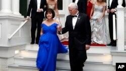 Wakil Presiden AS Mike Pence dan istrinya, Karen Pence, meninggalkan gedung Naval Observatory untuk acara gala inaugurasi. (Foto: dok.)