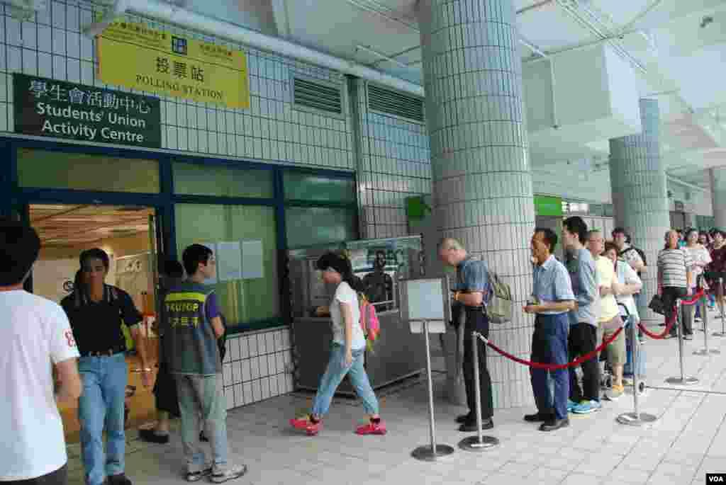 香港和平佔中全民投票城市大學實體票站外,有數十名市民排隊等候投票