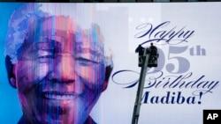 Bảng điện tử mừng sinh nhật lần thứ 95 của ông Nelson Mandela tại Quảng trường Thời đại ở New York, ngày 18/7/2013.