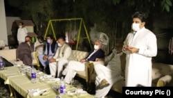 اطلاعات کے مطابق عشائیے میں اراکین قومی اسمبلی میں راجہ ریاض، خواجہ شیراز، ریاض مزاری، سمیع گیلانی، جاوید وڑائچ، مبین عالم، غلام لالی اور غلام بی بی بھروانہ شامل تھیں۔