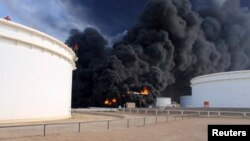 Khói bốc lên từ bồn chứa dàu trong cảng Es Sider của Libya sau khi một hỏa tiễn bắn trúng kho dầu lớn nhất của Libya, 26/12/14