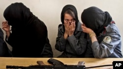 Polisi perempuan Afghanistan saling berbagi canda.
