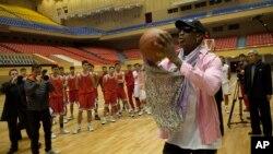 미국 프로농구 선수 출신의 데니스 로드먼(오른쪽)이 20일 평양에서 북한 농구선수들을 지도하고 있다.
