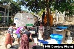 Program penyaluran air bersih oleh PMI bagi korban gempa Lombok. (Foto: PMI)