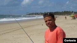Danilo Nonato escutando emissão em onda curta em Porto de Galinhas, Pernambuco, Brasil.