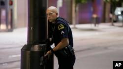 达拉斯市中心一名保持警戒的警察。 (2016年7月7日)