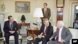 美国参议员汉克·布朗(中)和美国总统布什、参议员麦凯恩在白宫(1992年12月2日)