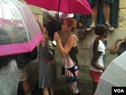 Người dân Cuba đứng dưới trời mưa để chờ gặp được Tổng thống Mỹ Barack Obama tại Havana, Cuba.