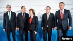 美国国务卿克里、俄罗斯外长拉夫罗夫、欧盟外交事务高级代表凯瑟琳•阿什顿、联合国秘书长潘基文以及英国前首相布莱尔2月1日在德国慕尼黑的合影