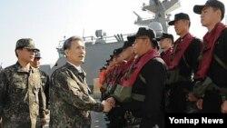 1일 한국 해군 2함대 사령부를 방문한 김관진 한국 국방장관(왼쪽에서 두번째).