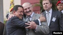 Los presidentes de Venezuela, Hugo Chávez, y Bielorrusia, Alexander Lukashenko, se abrazan en el palacio Miraflores de la capital venezolana.