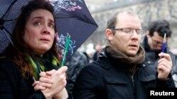 8일 프랑스 파리의 노트르담대성당 앞에서 주간지 '샤를리 엡도' 테러 사건 희생자를 추모하기 위해 1분간 묵념을 하고 있다.