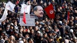 Prizor sa protesta na sahrani tunižanskog opozicionog lidera Čokrija Belada